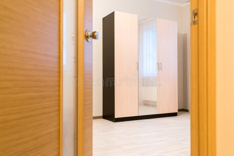 Odchylony drzwi pokój z spiżarnią zdjęcia stock
