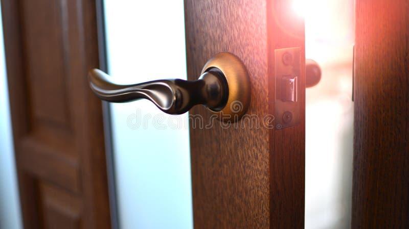 Odchylony drzwi w izbowym domu z ranku światła słonecznego światłem obraz stock