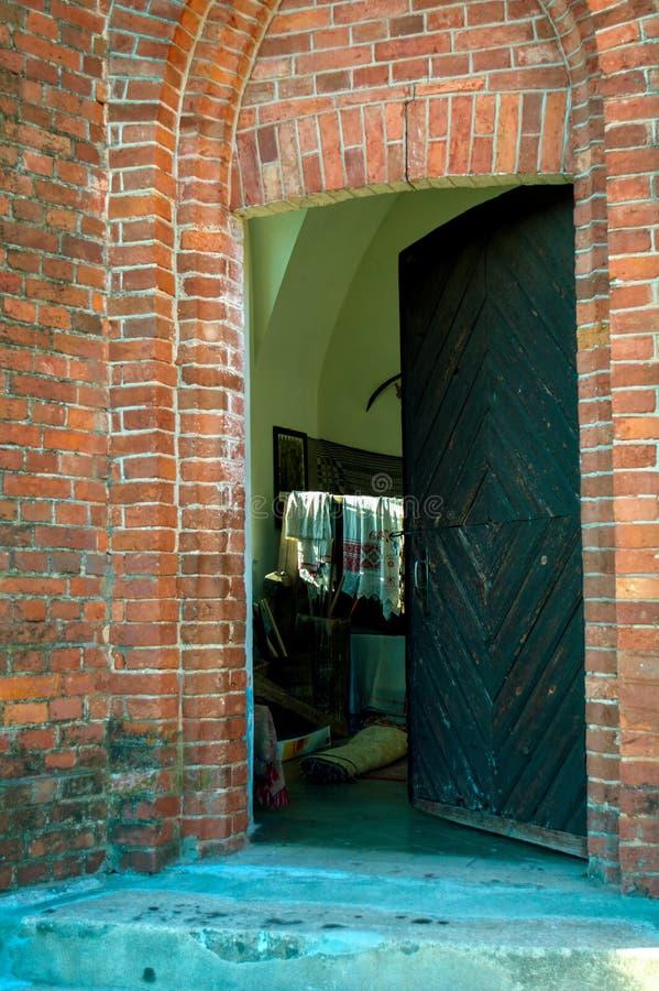 Odchylony drzwi w kościelnej śpiżarni zdjęcie royalty free