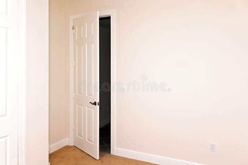 odchylony drzwiowy pokój fotografia stock