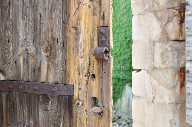 Odchylony stary grodowy drzwi zdjęcie royalty free