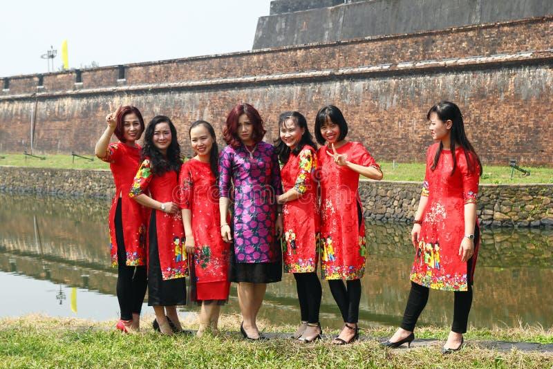 Odcień Wietnam, Luty, - 10, 2018: Grupa Wietnamskie kobiety w tradycyjnych sukniach przed świętowaniem Tet obrazy stock
