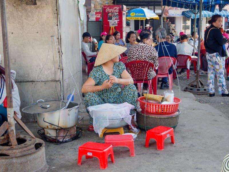 Odcień Wietnam, Wrzesień, - 13 2017: Niezidentyfikowana kobieta w ulicach sprzedaje jedzenie, lokalizować w odcieniu w Wietnam obrazy royalty free