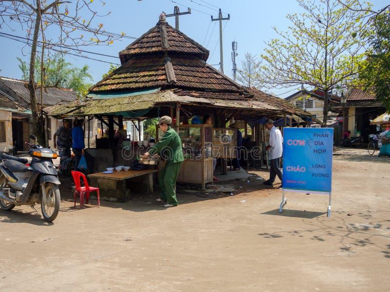 Odcień Wietnam, Wrzesień, - 13 2017: Niezidentyfikowani ludzie sprzedaje jedzenie w starej restauraci, lokalizować w odcieniu, Wi obraz royalty free