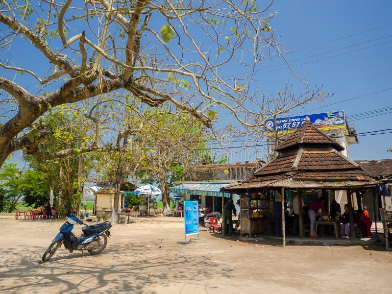 Odcień Wietnam, Wrzesień, - 13 2017: Niezidentyfikowani ludzie sprzedaje jedzenie w starej restauraci, lokalizować w odcieniu, Wi zdjęcia stock