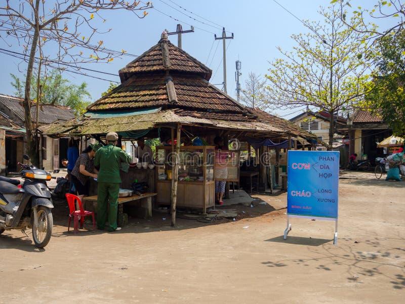 Odcień Wietnam, Wrzesień, - 13 2017: Niezidentyfikowani ludzie sprzedaje jedzenie w starej restauraci, lokalizować w odcieniu, Wi zdjęcie stock