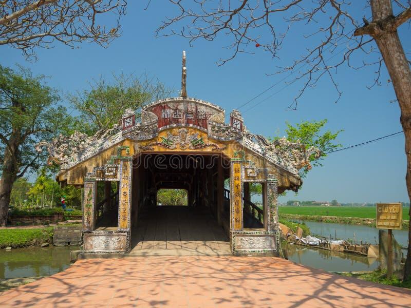 Odcień Wietnam, Wrzesień, - 13 2017: Piękna świątynia z niebieskim niebem, lokalizować w odcieniu, Wietnam zdjęcia royalty free