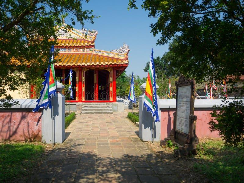 Odcień Wietnam, Wrzesień, - 13 2017: Piękna świątynia z niebieskim niebem, lokalizować w odcieniu, Wietnam zdjęcie stock
