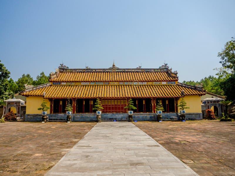 Odcień Wietnam, Wrzesień, - 13 2017: Piękna świątynia z ogromnym patiem, lokalizować w odcieniu, Wietnam zdjęcia royalty free