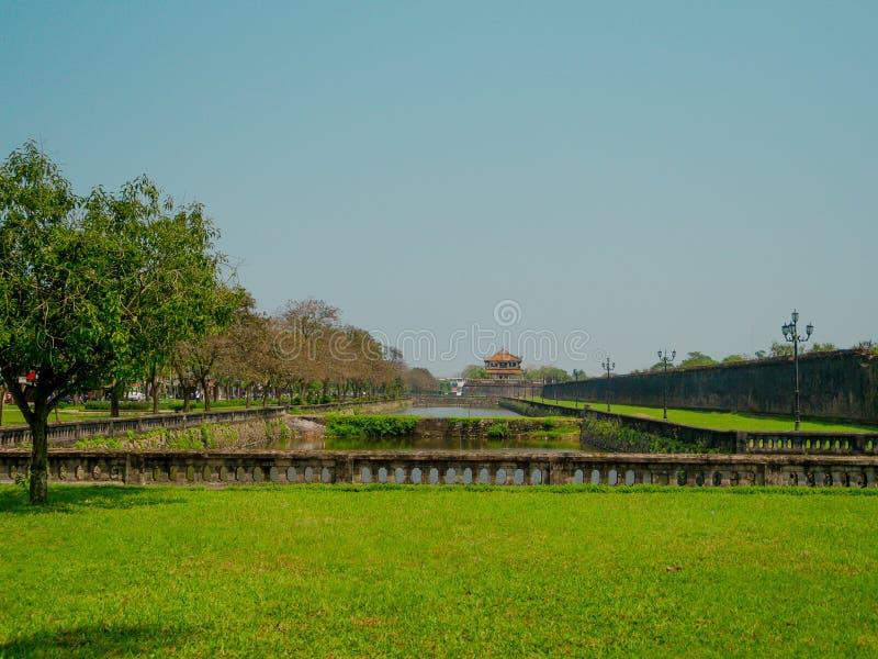 Odcień Wietnam, Wrzesień, - 13 2017: Piękna świątynna Thien Mu pagoda z sztucznym stawem w zielonej trawie i środku fotografia royalty free