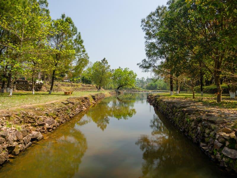 Odcień Wietnam, Wrzesień, - 13 2017: Piękna świątynna Thien Mu pagoda z sztucznym stawem w zielonej trawie i środku zdjęcie stock