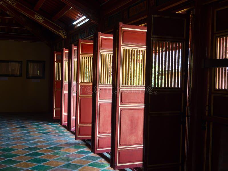 Odcień Wietnam, Wrzesień, - 13 2017: Piękni czerwoni drewniani drzwi w odcień cytadeli, Wietnam, Azja Sławny miejsce przeznaczeni zdjęcia royalty free