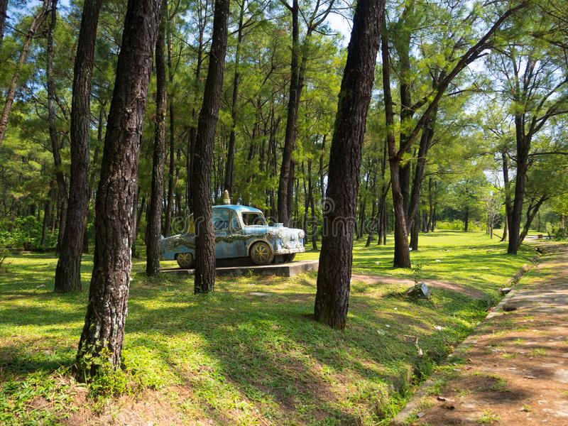 Odcień Wietnam, Wrzesień, - 13 2017: Piękny drylujący samochód wśrodku lasu w jawnym parku lokalizował blisko odcienia miasteczko zdjęcia royalty free