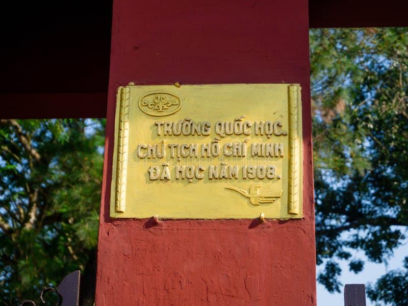 Odcień Wietnam, Wrzesień, - 13 2017: Pouczający podpisuje wewnątrz żółtego talerza nad pomarańczowym colum w mieście odcień, Wiet fotografia royalty free