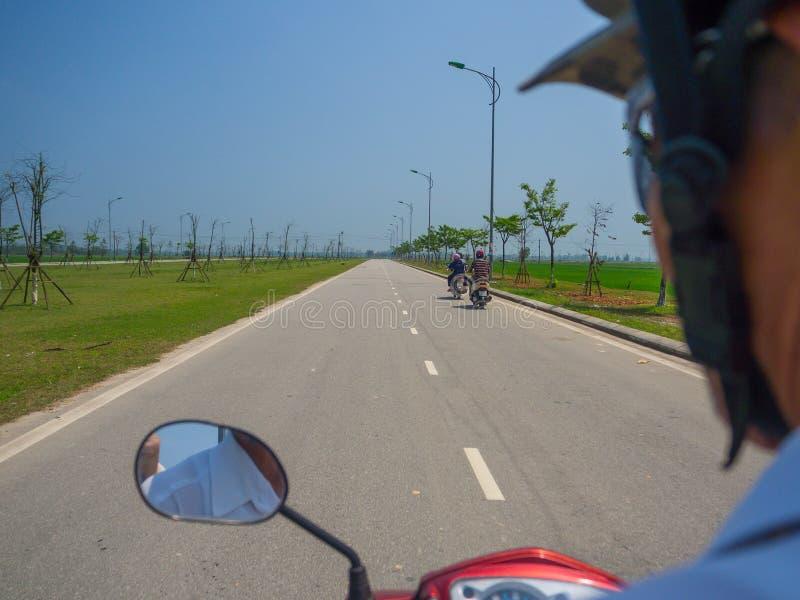 Odcień Wietnam, Wrzesień, - 13 2017: Zamyka up niezidentyfikowany mężczyzna jedzie motocykl w ulicie w mieście odcień zdjęcia royalty free