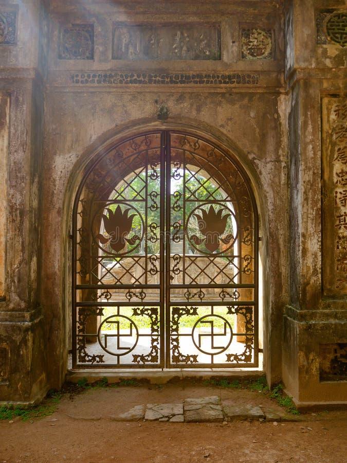 Odcień Wietnam, Wrzesień, - 13 2017: Zamyka up piękny kruszcowy drzwi z wspaniałym projektem wśrodku lasu zdjęcie royalty free