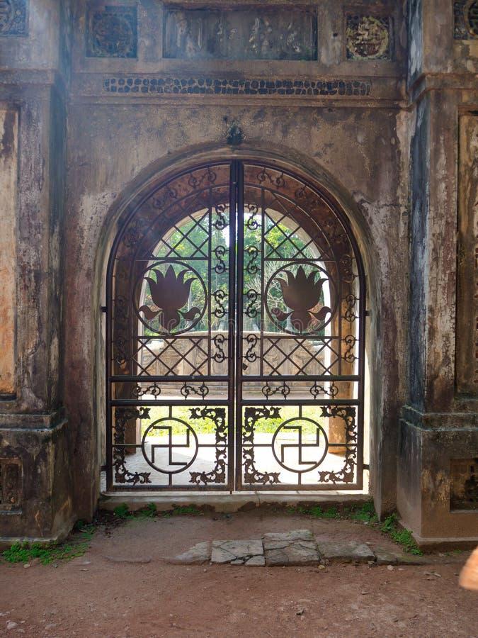 Odcień Wietnam, Wrzesień, - 13 2017: Zamyka up piękny kruszcowy drzwi z wspaniałym projektem wśrodku lasu zdjęcia royalty free