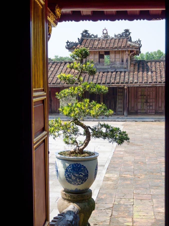 Odcień Wietnam, Wrzesień, - 13 2017: Zamyka up stara piękna świątynia, lokalizować w odcieniu, Wietnam obraz royalty free