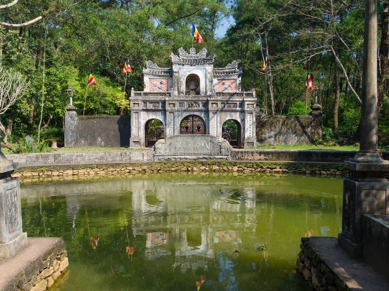 Odcień Wietnam, Wrzesień, - 13 2017: Zamyka up stara piękna świątynia z sztucznym stawem w przodzie, lokalizować w odcieniu fotografia royalty free