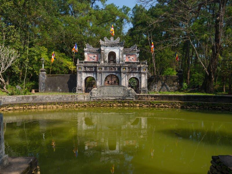Odcień Wietnam, Wrzesień, - 13 2017: Zamyka up stara piękna świątynia z sztucznym stawem w przodzie, lokalizować w odcieniu zdjęcia royalty free