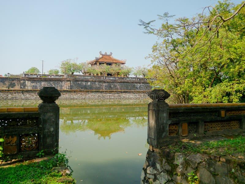 Odcień Wietnam, Wrzesień, - 13 2017: Zamyka up stara piękna świątynia z sztucznym stawem w przodzie, odbijającym w zdjęcia royalty free
