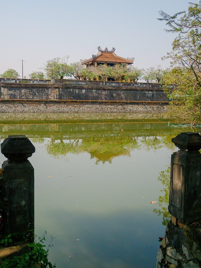 Odcień Wietnam, Wrzesień, - 13 2017: Zamyka up stara piękna świątynia z sztucznym stawem w przodzie, odbijającym w obrazy stock