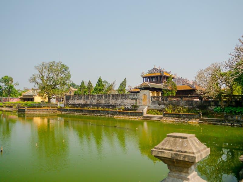Odcień Wietnam, Wrzesień, - 13 2017: Zamyka up stara piękna świątynia z sztucznym stawem w przodzie, odbijającym w fotografia stock
