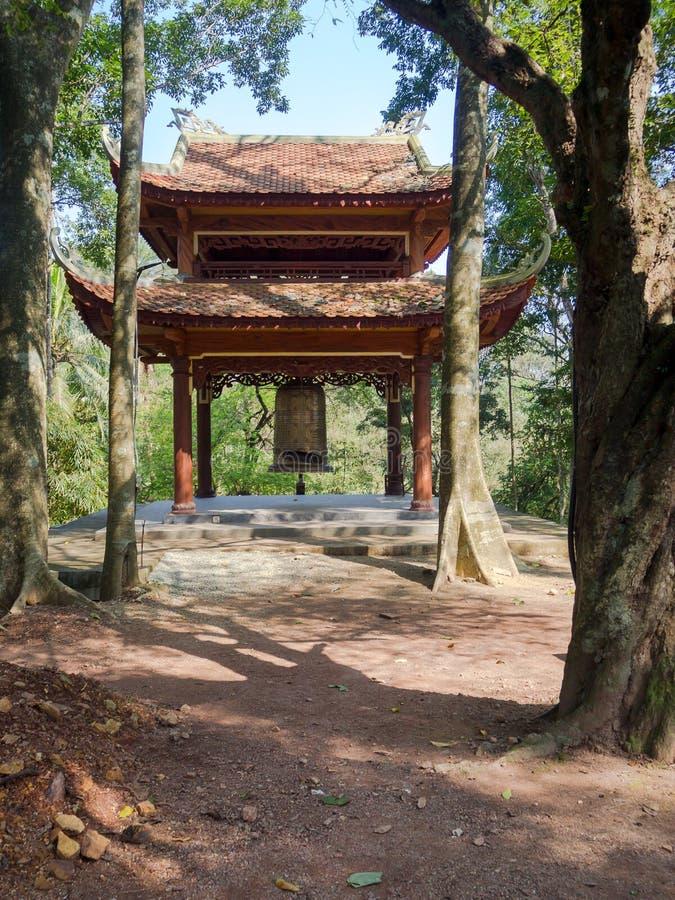 Odcień Wietnam, Wrzesień, - 13 2017: Zamyka up stara piękna buda wśrodku lasu, lokalizować w odcieniu, Wietnam fotografia stock