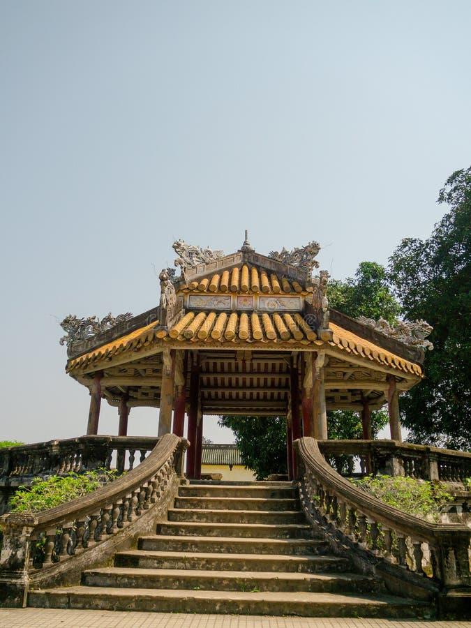 Odcień Wietnam, Wrzesień, - 13 2017: Zamyka up stara piękna buda wśrodku lasu, lokalizować w odcieniu, Wietnam fotografia royalty free