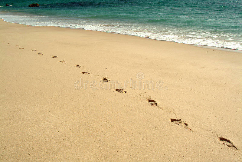 odcisków stóp na plaży chodzić obrazy stock