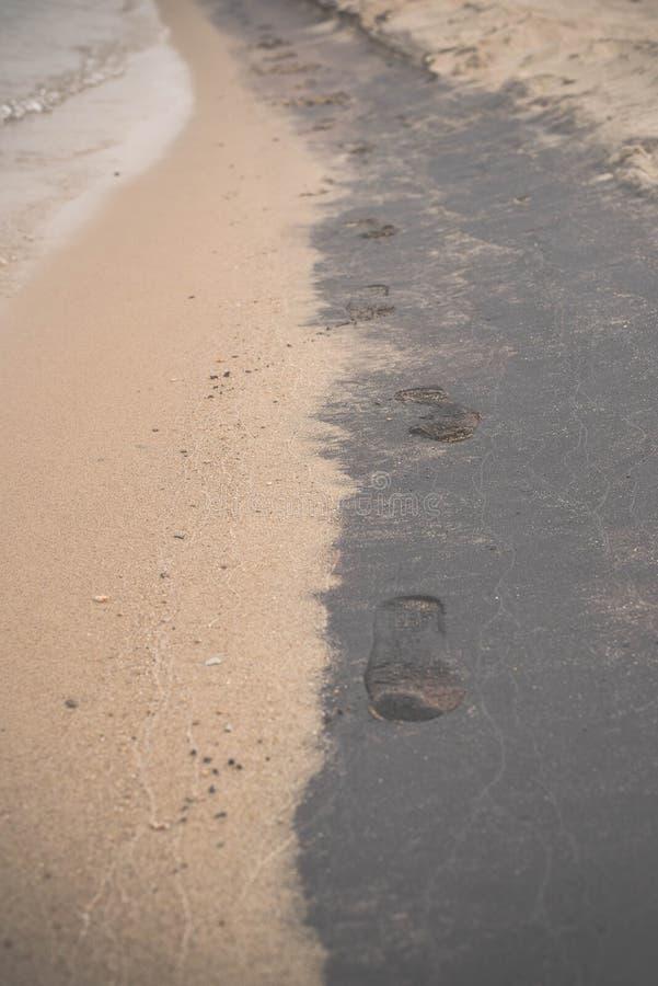 Odciski stopy na czarny i biały mokrym piasku Olchon wyspa, Jeziorny Baikal obrazy stock