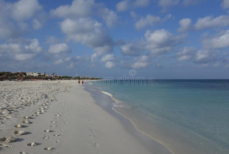 Odciski stopy na Manchebo plaży, Aruba zdjęcia stock