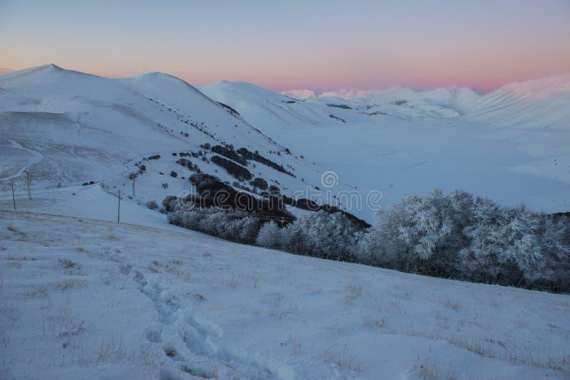 Download Odciski Stopy Na śniegu, Zmierzch Na Wzgórzach W Zimie, Sibillini Obraz Stock - Obraz złożonej z góra, zmierzch: 53792237