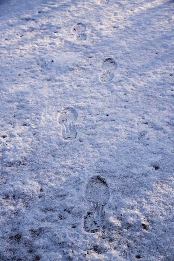 Odciski stopy w świeżo spadać śniegu, zimy tło z kopią s obraz royalty free
