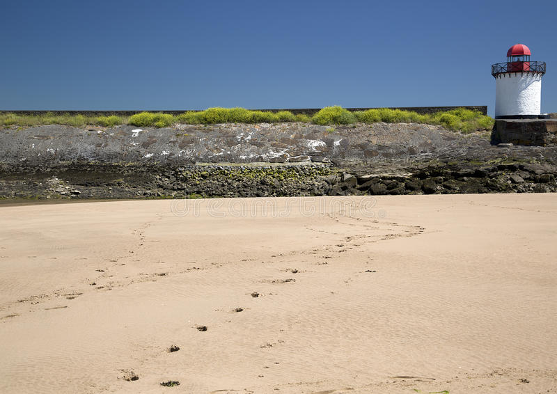 Odciski stopy w piasku, latarnia morska, Burry port zdjęcie stock