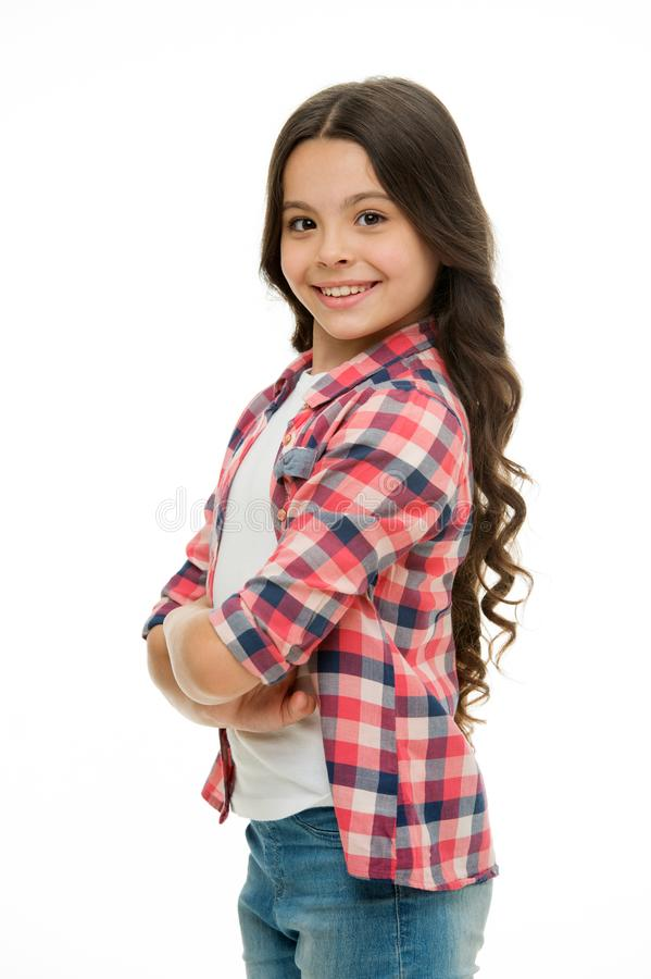 Odczucie w ten sposób ufny z nową fryzurą Dzieciak dziewczyny długi kędzierzawy włosy pozuje pewnie Dziewczyny kędzierzawej fryzu zdjęcia royalty free