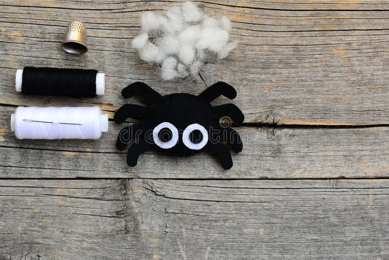 Odczuwany pająka ornament dla Halloweenowego wystroju, rzemiosło set na rocznika drewnianym tle z kopii przestrzenią dla teksta obrazy royalty free