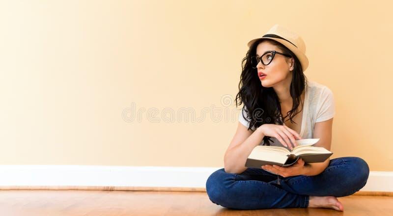 odczyt książkowi młodych kobiet fotografia stock