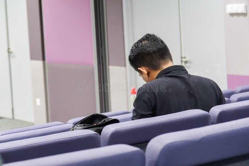 Odczytowa sala z popielatymi krzesłami w uniwersytecie zdjęcia royalty free