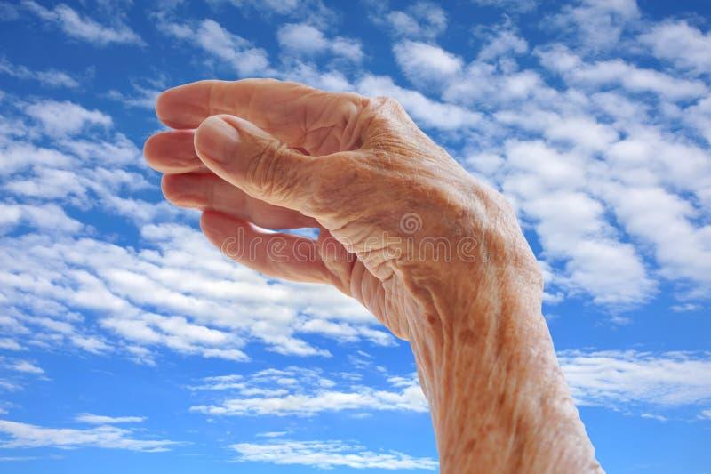 Download Oddająca S Starsza Nieba Kobieta Zdjęcie Stock - Obraz złożonej z femaleness, błękitny: 13335030