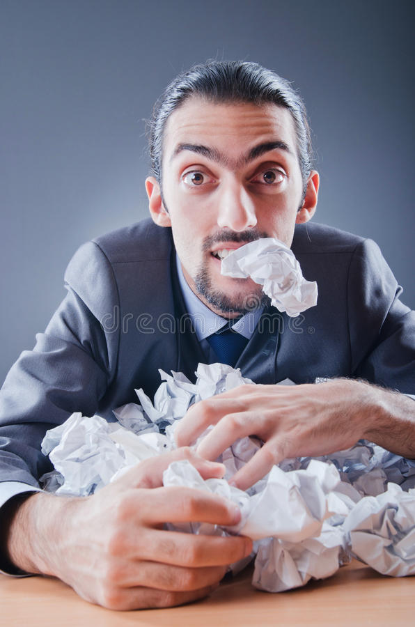 oddalony biznesmena papieru miotanie zdjęcia stock
