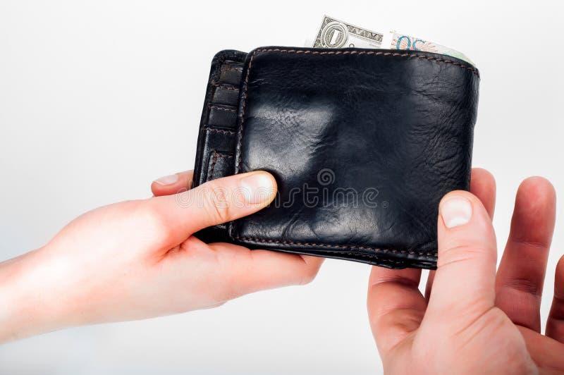 Oddawał portfel z pieniądze od ręki ręka zdjęcia royalty free