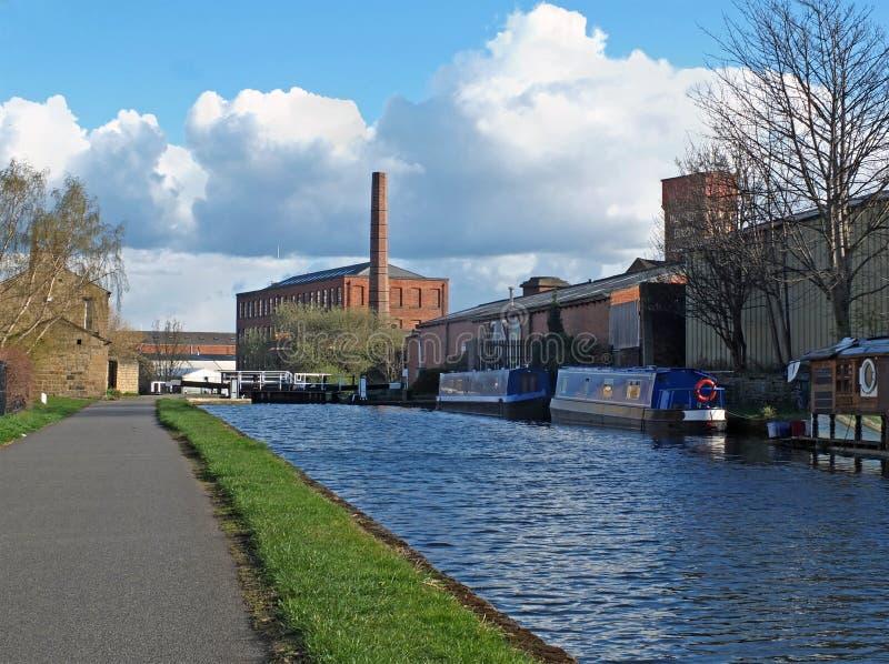 Oddy blokuje na Leeds Liverpool kanał z historycznym castleton młynem w tle zdjęcia stock