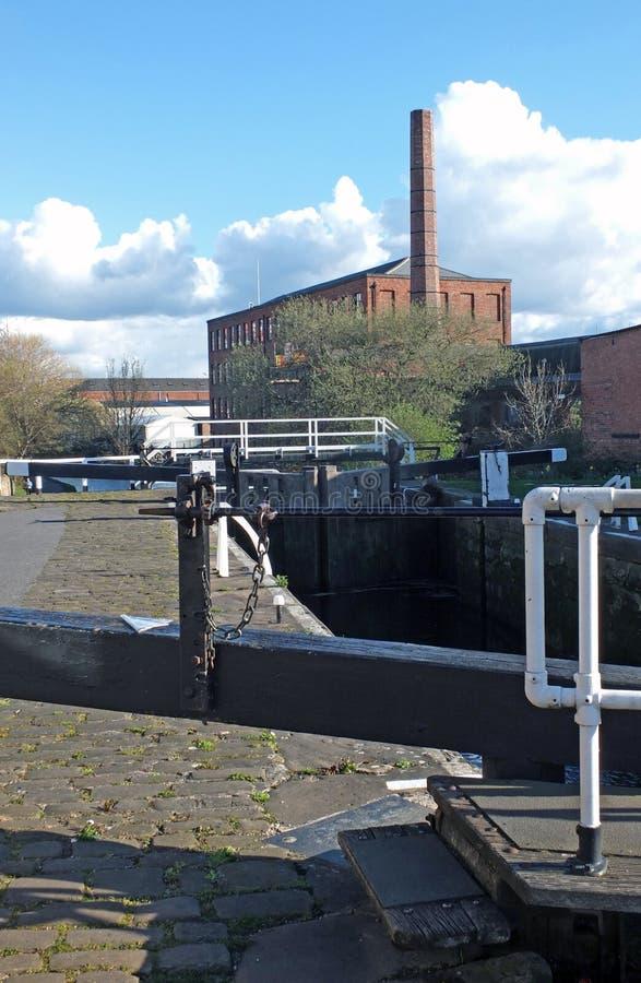 Oddy blokuje na Leeds Liverpool kanał z historycznym castleton młynem w tle zdjęcie stock