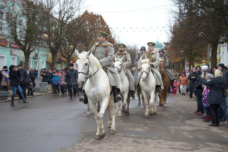 Oddział kawalerii Biały wojsko na miasto ulicie Paraduje uczestników międzynarodowego dziejowego festiwalu ` Cywilna wojna wewnąt obraz stock