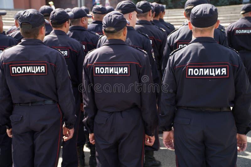 Oddział Rosyjscy funkcjonariuszi policji przygotowywa pracować przy spotkaniem widok z powrotem zdjęcie royalty free