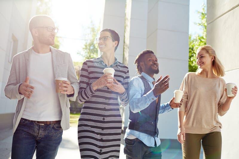 Oddziałać wzajemnie przy plenerowym spotkaniem i mieć kawową przerwę zdjęcia royalty free