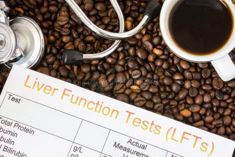 Oddziaływanie kawa lub kofeina na wątrobowych funkcjach, enzymy, aktywność Rezultat wątrobowej funkci testa egzaminacyjny poblisk zdjęcie royalty free