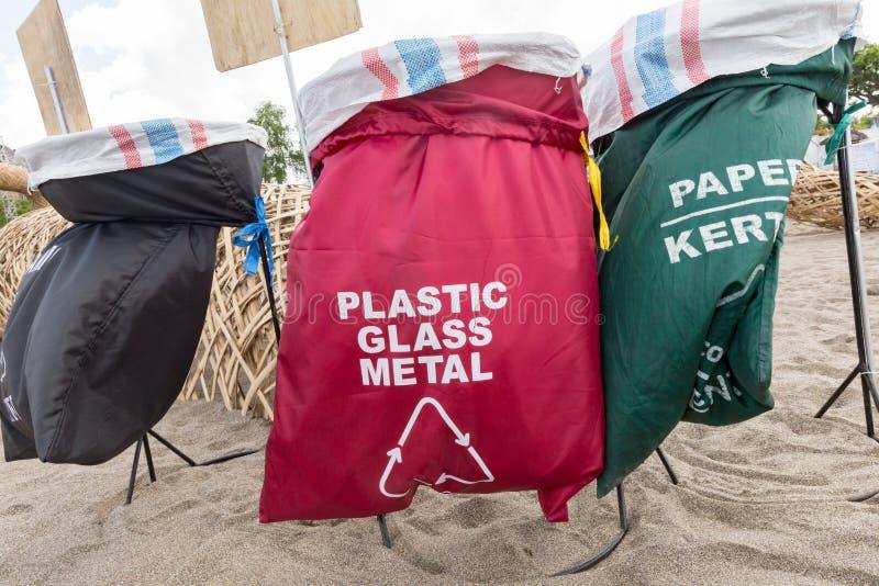 Oddzielne przetwarza jałowego kosza torby Przetwarza śmieciarskiego grat sortuje organizatora zbiornika fotografia royalty free