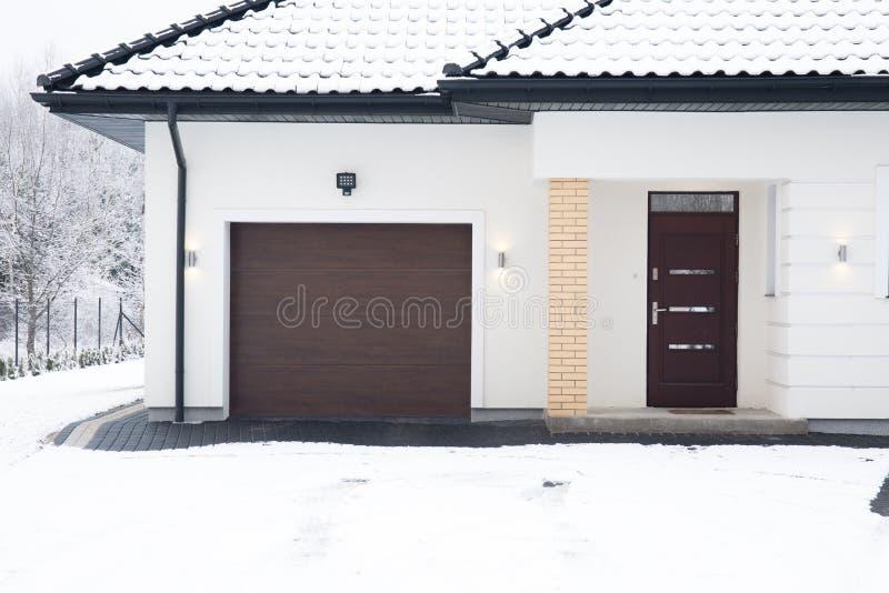 Oddzielny dom podczas zima czasu fotografia stock